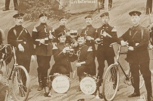Żołnierze 151 Pułku Piechoty zdjęcie wykonane przez przez Sally'ego Pfeifela w 1900r. (Tableau z prywatnych zbiorów Michała Semczyszyna.)