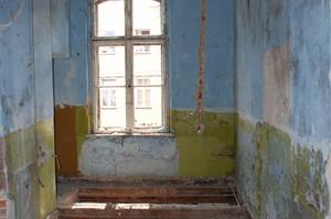 Oczyszczanie i zabezpieczanie stropów budynku na poziomie pierwszego piętra. Fragmenty zachowanych belek stropowych. Zdjęcie wykonane w 2013r.