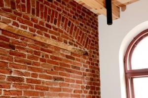 Fragmenty zachowanych oryginalnych ścian z wątkami przemurowań.