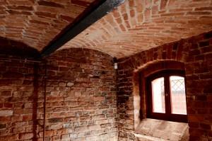 Oryginalne piwnice z zachowanymi stropami Klaina.