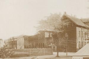 Fragment tableau rezerwistów 151 Pułku Piechoty wykonanego przez Sally'ego Pfeifela w 1900r. - widoczny budynek sztabowy.