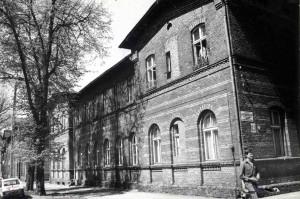 Widok na zabytkowy budynek od strony ul. Kasprowicza. Koniec lat 70 - tych. Autor nieznany.