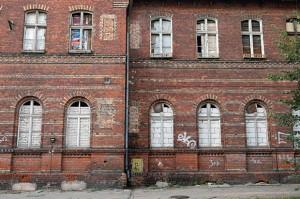 Elewacja budynku przy ul. Kasprowicza 4 przed rozpoczęciem prac konserwatorskich w 2011 roku.