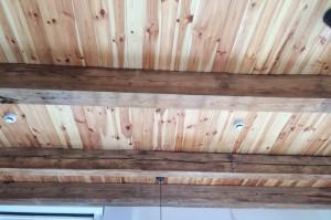 Zachowane i zakonserwowane oryginalne belki stropowe.