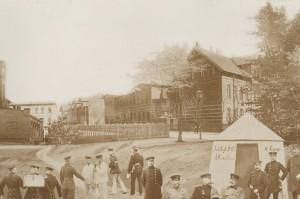 Tableau wykonany w 1900r. przez fotografa S. Pfeifela obrazujący Koszary Funka wraz z żołnierzami 151 Pułku Piechoty. (Tableau z prywatnych zbiorów Michała Semczyszyna.)